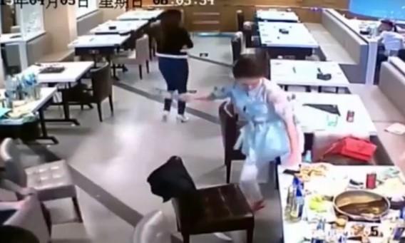 10 video 'hot': Nữ quái trộm tiền siêu nhanh trong cửa hàng đồ lót - ảnh 10