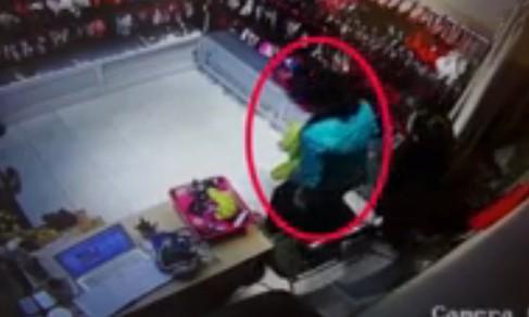 10 video 'hot': Nữ quái trộm tiền siêu nhanh trong cửa hàng đồ lót - ảnh 4