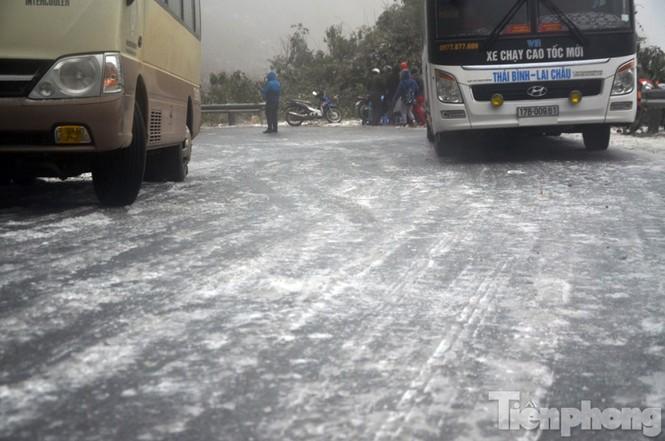 Sapa: Đường đóng băng, giao thông tê liệt - ảnh 2