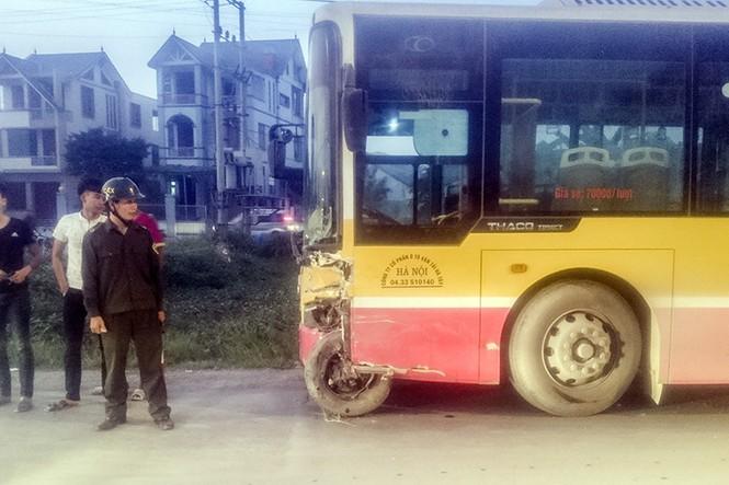 Tài xế mắc kẹt trong xe 7 chỗ sau cú va chạm với xe buýt - ảnh 2
