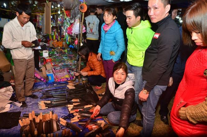 Bất chấp mưa lạnh, chợ Viềng đông nghịt khách 'mua may bán rủi' - ảnh 11