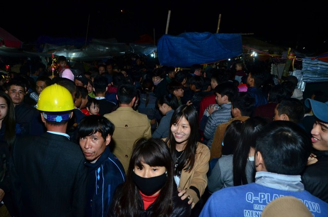 Bất chấp mưa lạnh, chợ Viềng đông nghịt khách 'mua may bán rủi' - ảnh 21