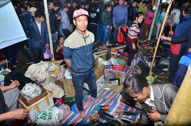 Bất chấp mưa lạnh, chợ Viềng đông nghịt khách 'mua may bán rủi' - ảnh 9