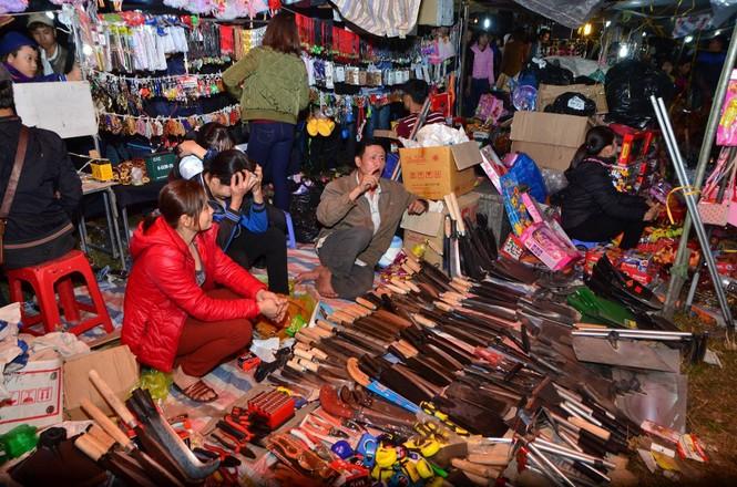Bất chấp mưa lạnh, chợ Viềng đông nghịt khách 'mua may bán rủi' - ảnh 8