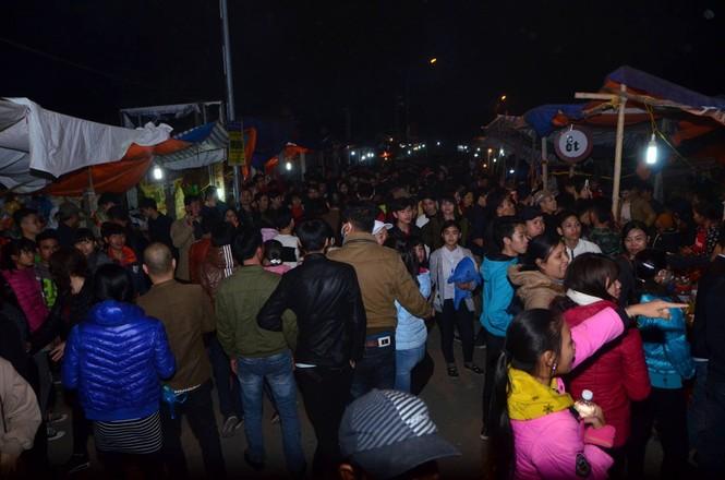 Bất chấp mưa lạnh, chợ Viềng đông nghịt khách 'mua may bán rủi' - ảnh 19