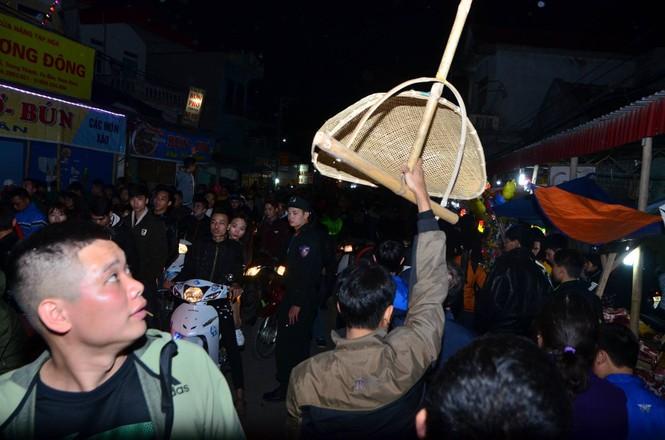 Bất chấp mưa lạnh, chợ Viềng đông nghịt khách 'mua may bán rủi' - ảnh 16