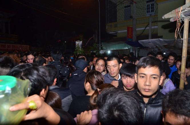 Bất chấp mưa lạnh, chợ Viềng đông nghịt khách 'mua may bán rủi' - ảnh 20