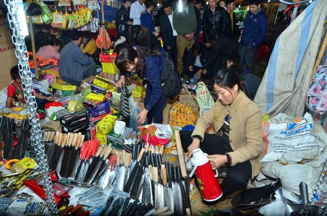 Bất chấp mưa lạnh, chợ Viềng đông nghịt khách 'mua may bán rủi' - ảnh 3