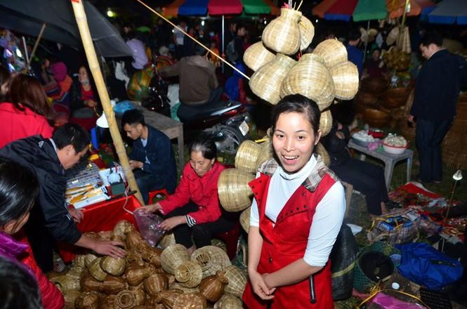 Bất chấp mưa lạnh, chợ Viềng đông nghịt khách 'mua may bán rủi' - ảnh 4