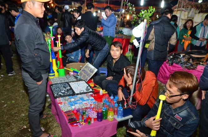 Bất chấp mưa lạnh, chợ Viềng đông nghịt khách 'mua may bán rủi' - ảnh 6