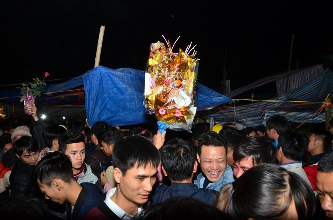 Bất chấp mưa lạnh, chợ Viềng đông nghịt khách 'mua may bán rủi' - ảnh 14