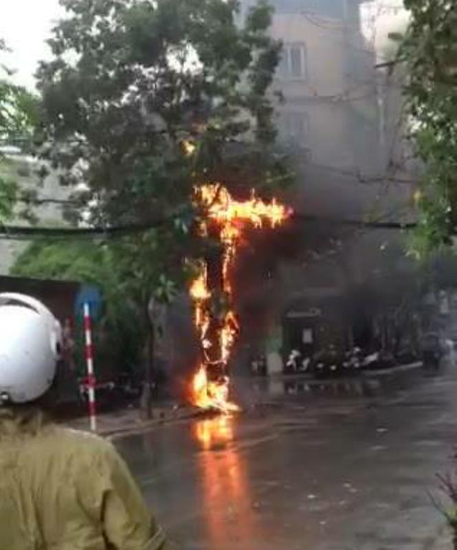 Hà Nội: Cột điện bất ngờ bốc cháy rừng rực như đuốc - ảnh 1