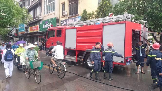 Hà Nội: Cột điện bất ngờ bốc cháy rừng rực như đuốc - ảnh 2