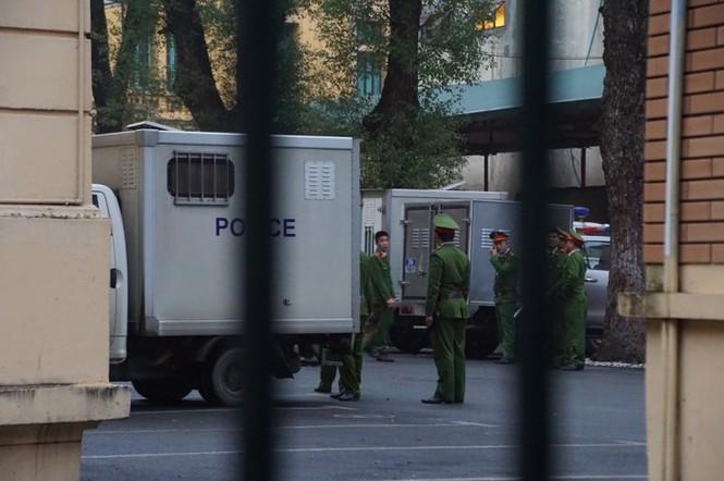 An ninh nghiêm ngặt trong phiên tòa xét xử ông Đinh La Thăng - ảnh 16