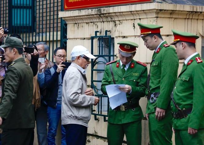 An ninh nghiêm ngặt trong phiên tòa xét xử ông Đinh La Thăng - ảnh 10