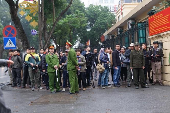 An ninh nghiêm ngặt trong phiên tòa xét xử ông Đinh La Thăng - ảnh 7