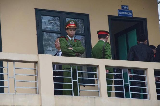 An ninh nghiêm ngặt trong phiên tòa xét xử ông Đinh La Thăng - ảnh 6