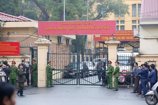 An ninh nghiêm ngặt trong phiên tòa xét xử ông Đinh La Thăng - ảnh 5