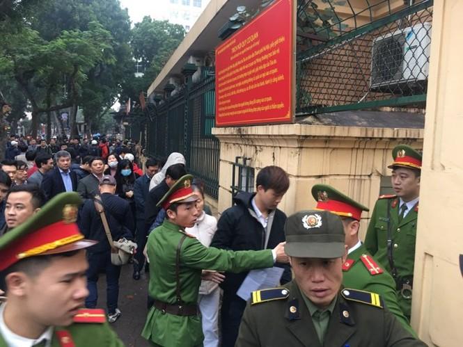 An ninh nghiêm ngặt trong phiên tòa xét xử ông Đinh La Thăng - ảnh 9