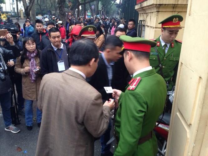 An ninh nghiêm ngặt trong phiên tòa xét xử ông Đinh La Thăng - ảnh 11