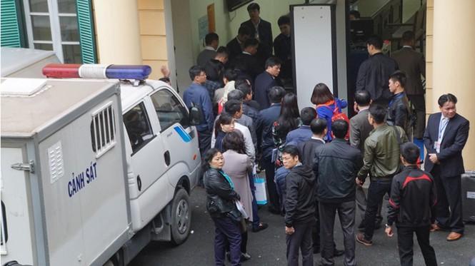 An ninh nghiêm ngặt trong phiên tòa xét xử ông Đinh La Thăng - ảnh 12