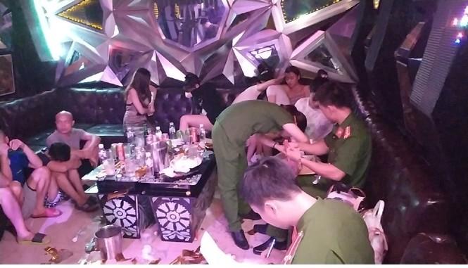 Hơn 70 'nam thanh nữ tú' dương tính ma túy bay lắc trong quán karaoke - ảnh 2