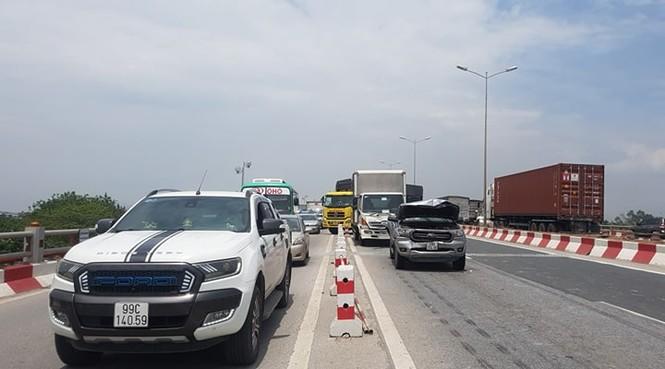 Giao thông ùn tắc cả cây số sau vụ tai nạn liên hoàn trên cầu Thanh Trì - ảnh 3
