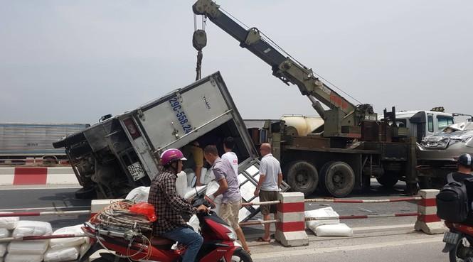 Giao thông ùn tắc cả cây số sau vụ tai nạn liên hoàn trên cầu Thanh Trì - ảnh 1