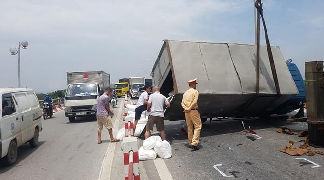 Giao thông ùn tắc cả cây số sau vụ tai nạn liên hoàn trên cầu Thanh Trì - ảnh 4