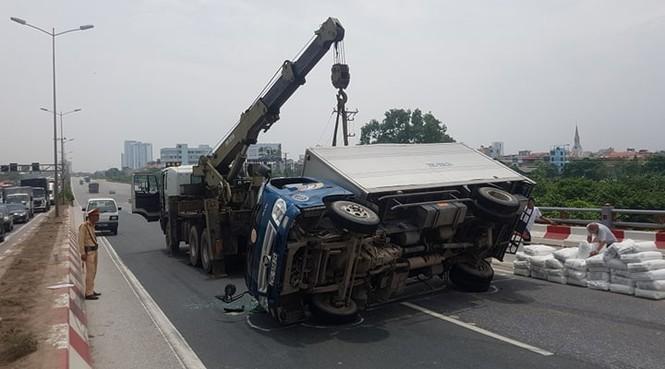 Giao thông ùn tắc cả cây số sau vụ tai nạn liên hoàn trên cầu Thanh Trì - ảnh 5