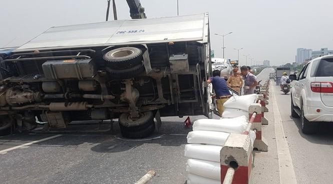 Giao thông ùn tắc cả cây số sau vụ tai nạn liên hoàn trên cầu Thanh Trì - ảnh 6