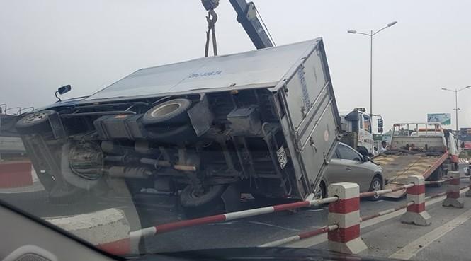Giao thông ùn tắc cả cây số sau vụ tai nạn liên hoàn trên cầu Thanh Trì - ảnh 8