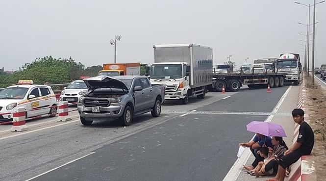 Giao thông ùn tắc cả cây số sau vụ tai nạn liên hoàn trên cầu Thanh Trì - ảnh 7