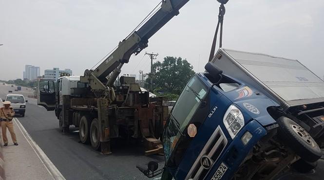 Giao thông ùn tắc cả cây số sau vụ tai nạn liên hoàn trên cầu Thanh Trì - ảnh 9
