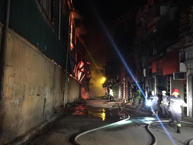 Đang cháy lớn tại Công ty Cổ phần Bóng đèn Phích nước Rạng Đông - ảnh 4