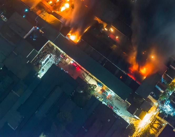Đang cháy lớn tại Công ty Cổ phần Bóng đèn Phích nước Rạng Đông - ảnh 5