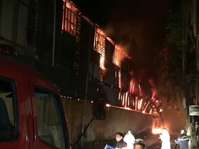 Đang cháy lớn tại Công ty Cổ phần Bóng đèn Phích nước Rạng Đông - ảnh 1