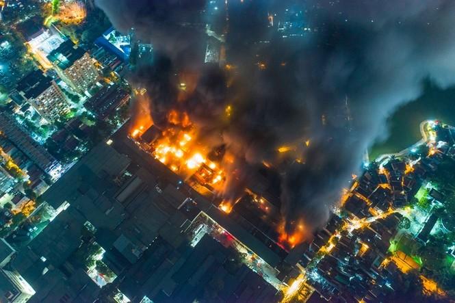 Đang cháy lớn tại Công ty Cổ phần Bóng đèn Phích nước Rạng Đông - ảnh 6