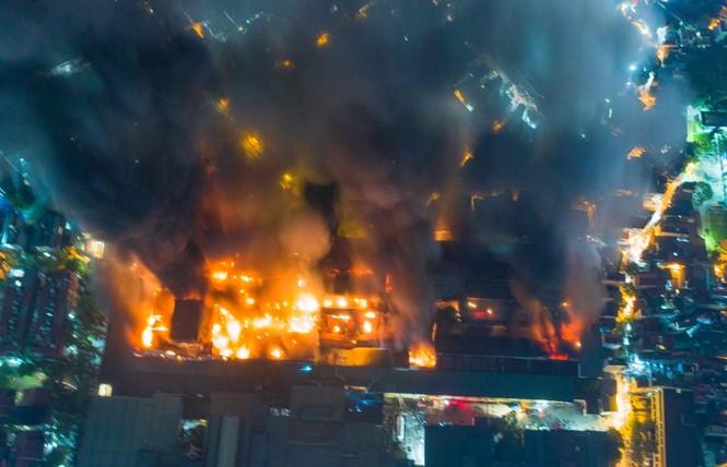 Đang cháy lớn tại Công ty Cổ phần Bóng đèn Phích nước Rạng Đông - ảnh 7