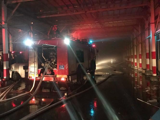 Đang cháy lớn tại Công ty Cổ phần Bóng đèn Phích nước Rạng Đông - ảnh 2