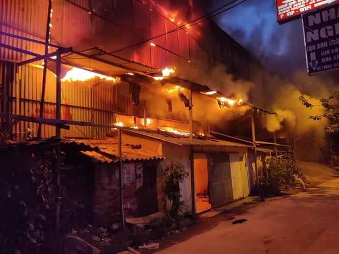 Đang cháy lớn tại Công ty Cổ phần Bóng đèn Phích nước Rạng Đông - ảnh 3