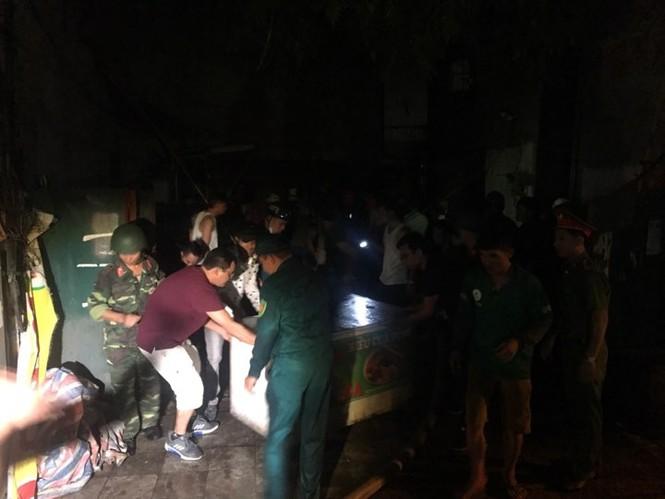 Đang cháy lớn tại Công ty Cổ phần Bóng đèn Phích nước Rạng Đông - ảnh 9