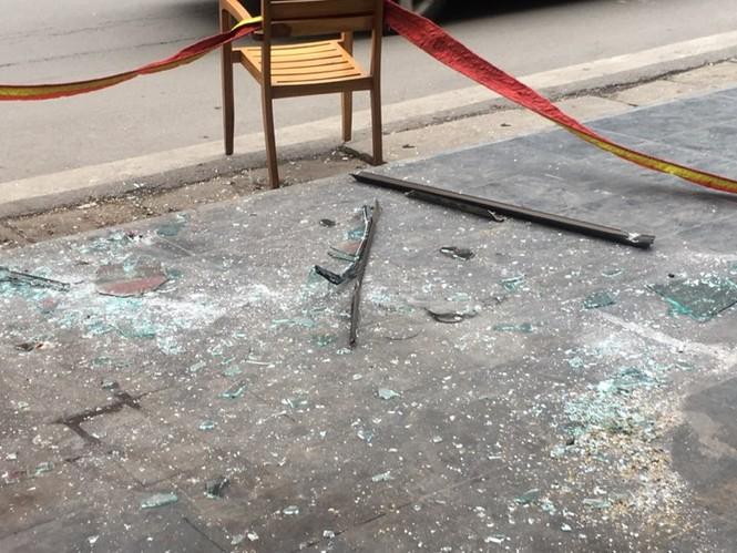 Cửa kính rơi từ tầng 6, kính văng trúng người đi đường - ảnh 4