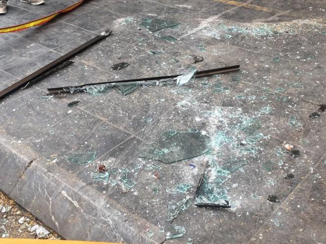 Cửa kính rơi từ tầng 6, kính văng trúng người đi đường - ảnh 2