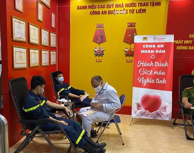 Gần 100 cán bộ chiến sĩ công an nhóm máu A và O tham gia hiến máu tình nguyện - ảnh 2