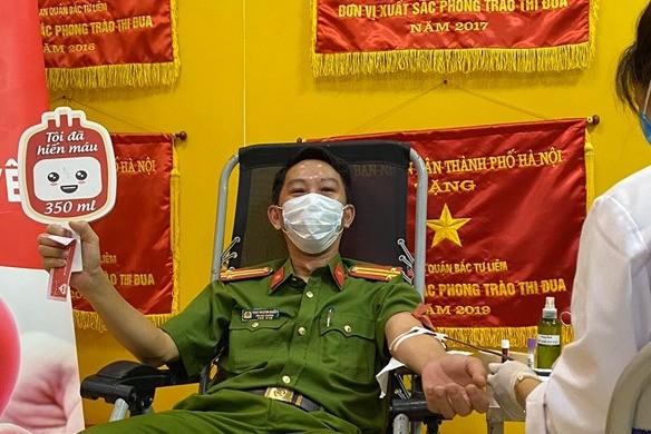 Gần 100 cán bộ chiến sĩ công an nhóm máu A và O tham gia hiến máu tình nguyện - ảnh 3
