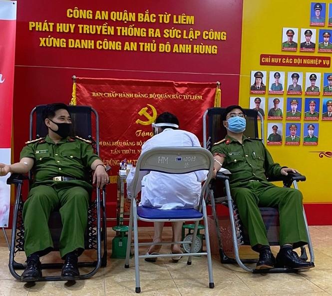 Gần 100 cán bộ chiến sĩ công an nhóm máu A và O tham gia hiến máu tình nguyện - ảnh 5
