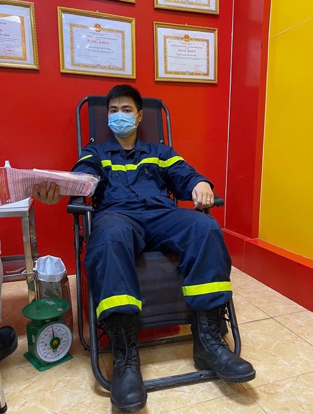 Gần 100 cán bộ chiến sĩ công an nhóm máu A và O tham gia hiến máu tình nguyện - ảnh 4