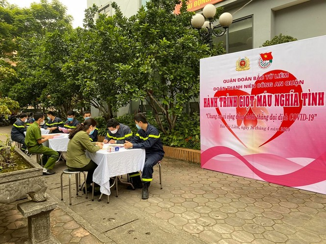 Gần 100 cán bộ chiến sĩ công an nhóm máu A và O tham gia hiến máu tình nguyện - ảnh 1