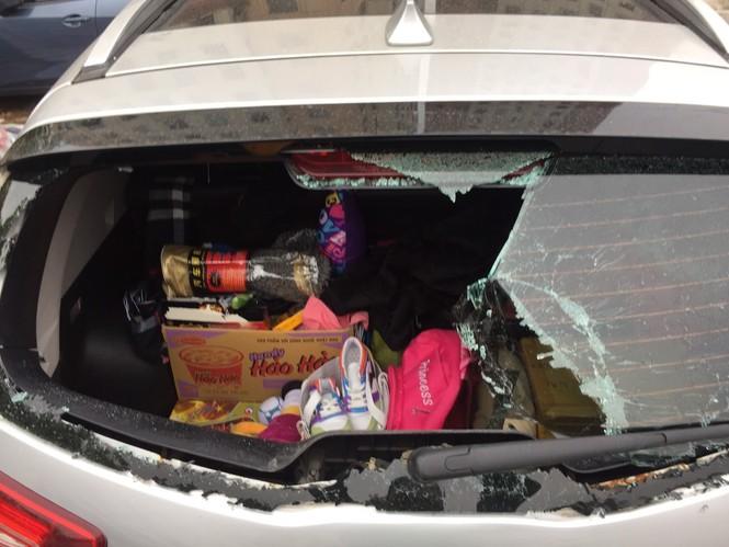 Công an điều tra vụ xe ô tô bị đập vỡ kính vì nghi không gửi vào bãi - ảnh 1